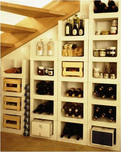 Stenen wijnrek van kalkzandsteen, geschikt voor in de wijnkelder.